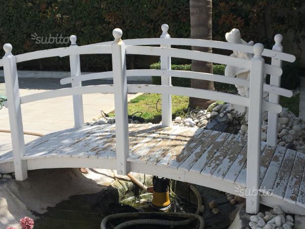 Ponte il legno da giardino o laghetto