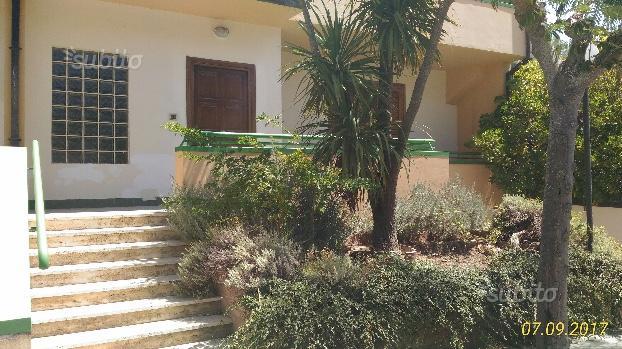 Villa con giardino attrezzato, garage e piscina
