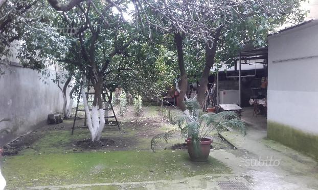 Secondigliano, villa indipendente con giardino