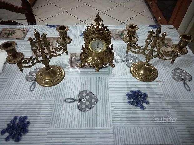 Antichi candelabri con orologio