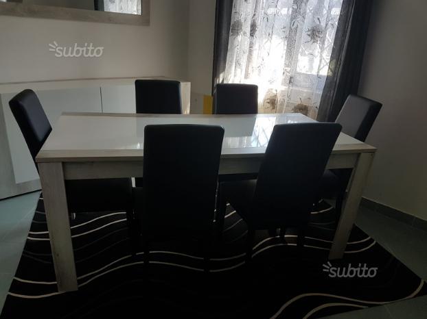 Tavolo, sedie, armadietto, specchio e credenza