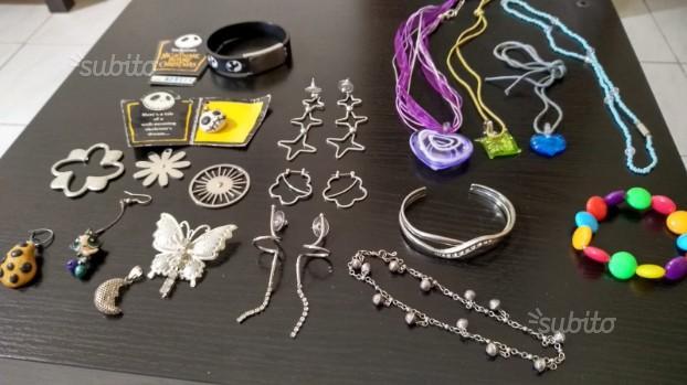 Set di collane, bracciali, orecchini e pendenti