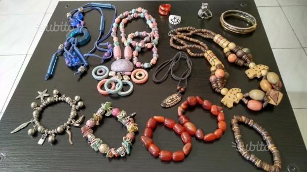 Set di collane, bracciali e anelli stile etnico