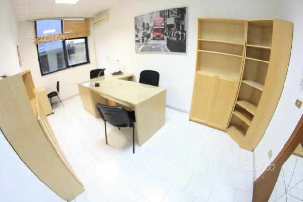 Ufficio arredato pronto sala riunioni posti auto