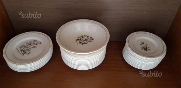 Servizio di piatti in porcellana dipinti a mano