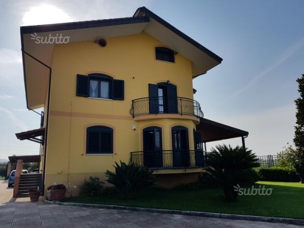 Villa a Macchia di Montecorvino Rovella