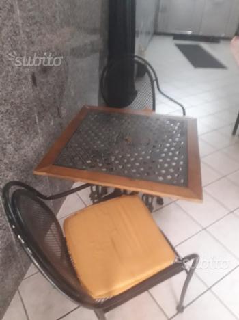 Tavolo  Due sedie
