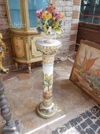 Antica colonna in ceramica di capodimonte