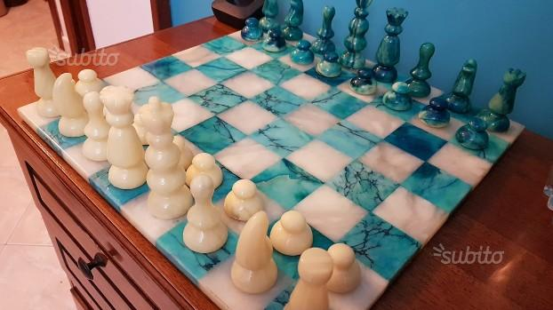 Scacchiera e scacchi in marmo bianco e blu