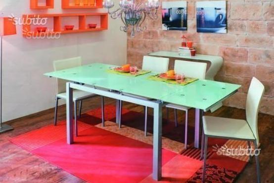 Tavolo modello allungabile in alluminio e vetro