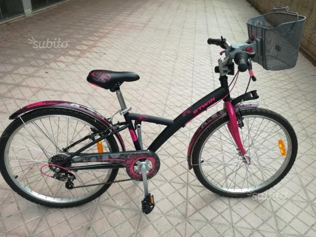 Bicicletta b-twin nera e rosa