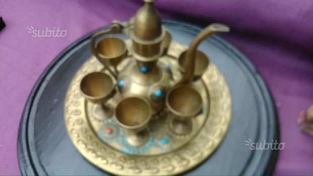 Vecchio servizio da caffè orientale in ottone
