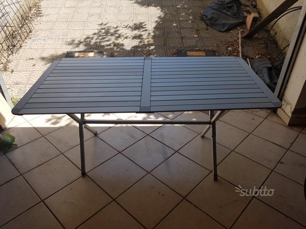 Tavolo pieghevole con sedie