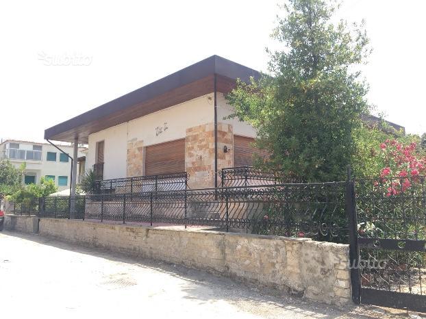 Villa su due livelli con garage e giardino