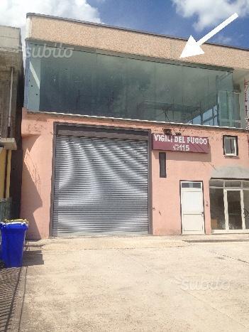 Locale commerciale con ampia vetrata fronte strada