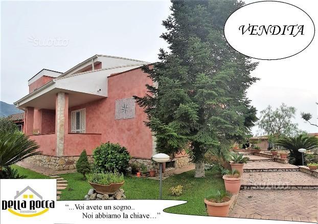 Carano-Villa in centro con box e giardino