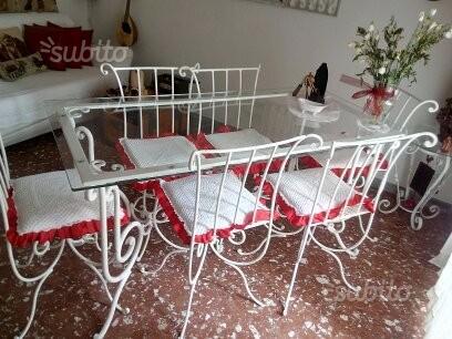 Tavolo in ferro pieno con sedie e piano in vetro