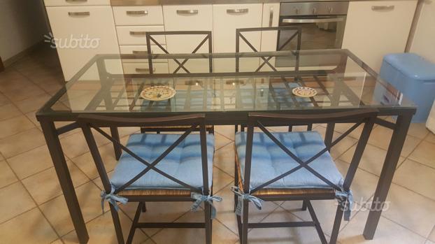Tavolo completo di sedie