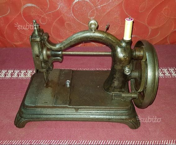 Antica macchina da cucire americana del 1860