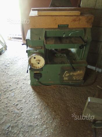 Deposito con macchinari da falegnameria