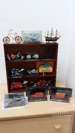 Modellini moto e bici e auto in vetrina di legno