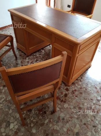 Scrivania con sedie