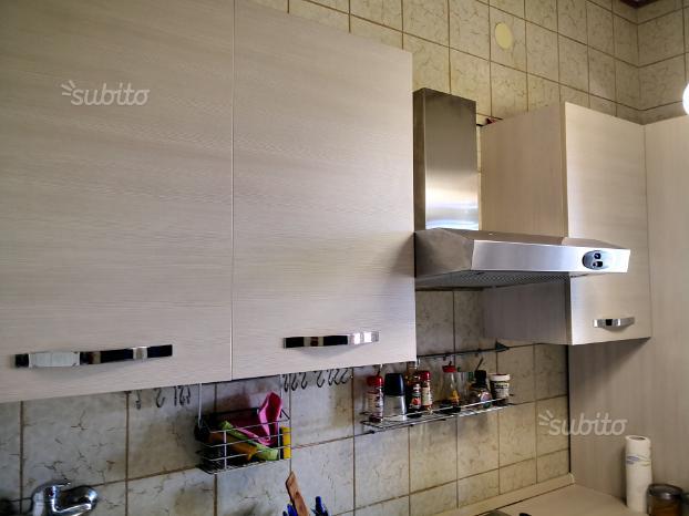 Cucina completa con elettrodomestici ed arredi