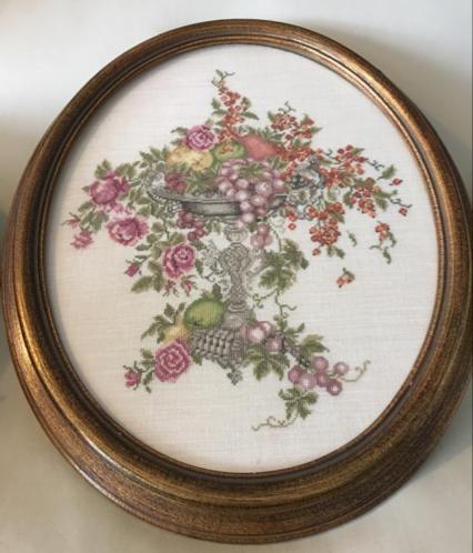 Schilderij uit 1890. Groot borduurwerk met BLOEMEN en FRUIT.