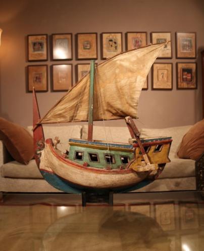 Groot houten model vissersboot