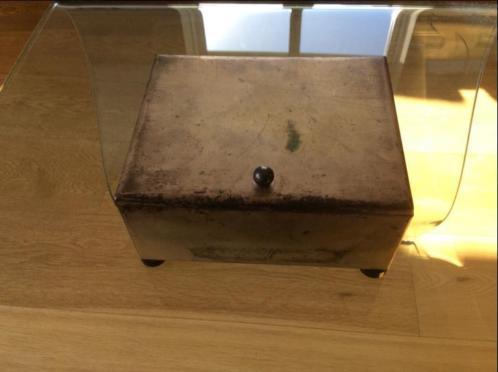 Antiek kistje met houten binnenkant