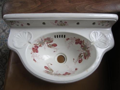 Prachtig antiek gebloemd fonteintje met vergulde accessoires