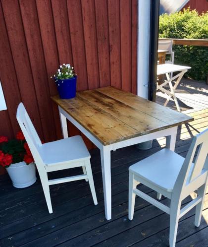 Antieke Zweedse tafel met 2 witte stoelen.