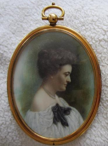portret van een vrouw en profiel =ca 1920= MINIATUURPORTRET=