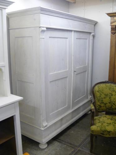 Veel grote brocante antieke kledingkasten, oude kast