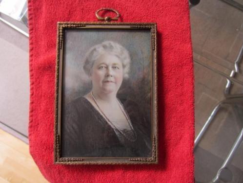 ==groot miniatuur-portret van een dame met parelketting===