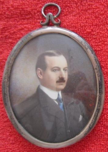 ca 1900/1920 = miniatuurportret van een heer met blauwe das=
