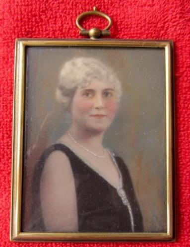 ==ca 1900/1920 = portret-miniatuur = vrouw met halsketting