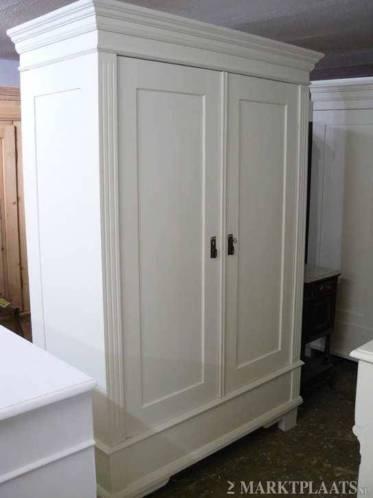 Brocant oude kledingkasten of kamerkast in white wash kleur.