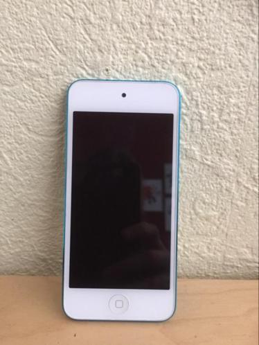 Ipod Touch met 4 hoesjes (5e generatie)