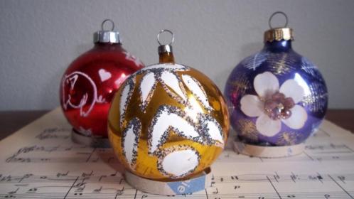 ~ 3 Oude gekleurde kerstballen ~