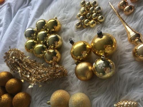 Kerstballen en piek goudkleur
