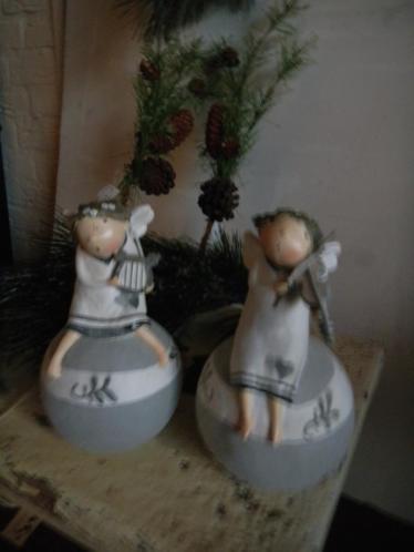 2 kerstengeltjes op bol een met harp en een met viool