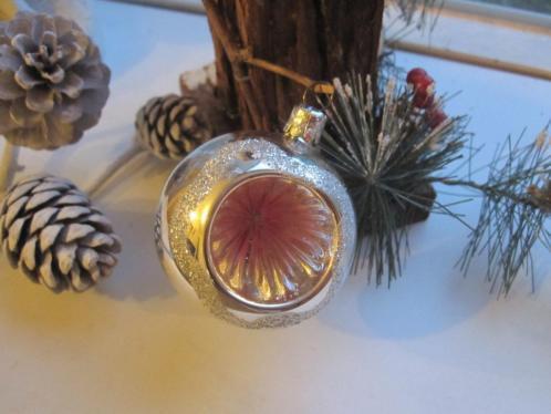 Vintage oude kerstbal zilveren deukbal roze deuk en glitters