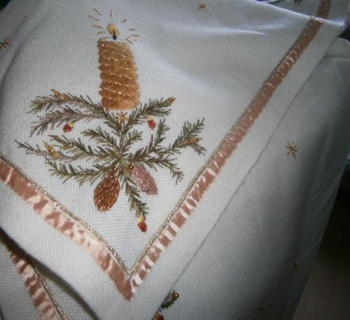 Geborduurd kerstkleed met gouden accenten