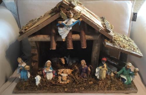 Oude kerststal met 10 beeldjes