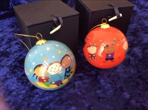 Handgeschilderde glazen kerstballen van kinderen,Unicef.