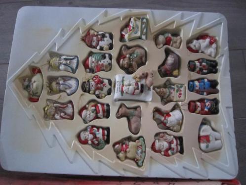 24 kerstfiguurtjes gemaakt van aardewerk