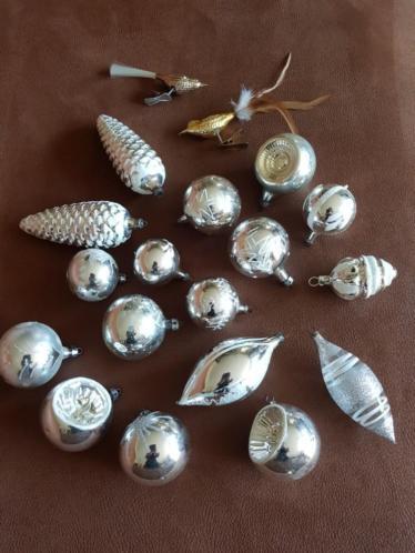 17 zilverkleurige antieke kerstballen en 2 vogeltjes