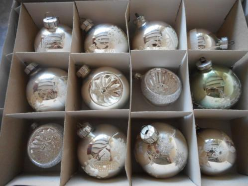 Doos met 12 oude kerstballen