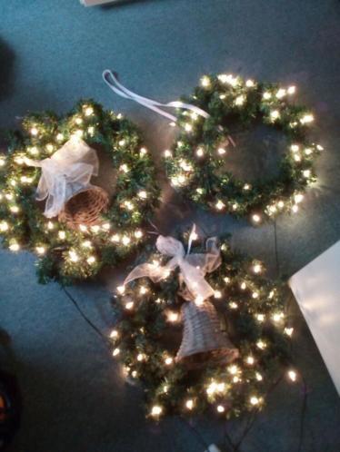 3 kerstkransen met verlichting
